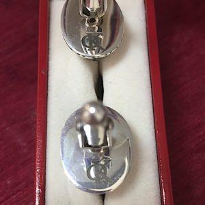 Гравировка на серебряных запонках