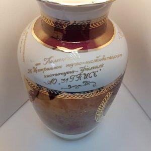 Гравировка вазы золотом